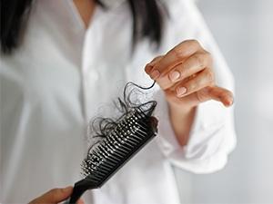 Chute de cheveux chez la femme, que faire ?