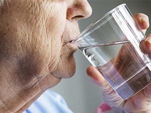 Les causes et conséquences de la déshydratation chez les seniors
