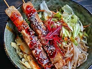 Brochettes de tofu mariné au sésame