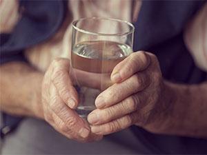 Prévenir et détecter la déshydratation chez les seniors